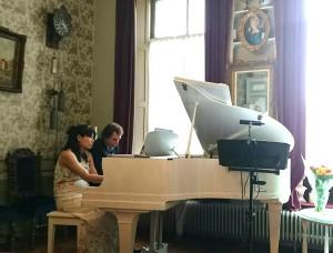 Tobias en Yukiko tijdens hun quatre mains 'De Bloemenwals' van Tsjaikovski (foto: Norman Langelaan)